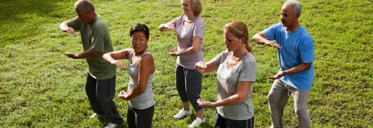 tai chi for back pain: Woman and a man doing tai chi