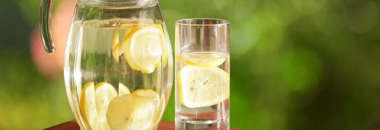 Photo of a pitcher of lemon water, a natural remedy for kidney stones