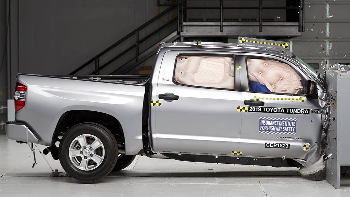 Toyota Tundra crash test by IIHS