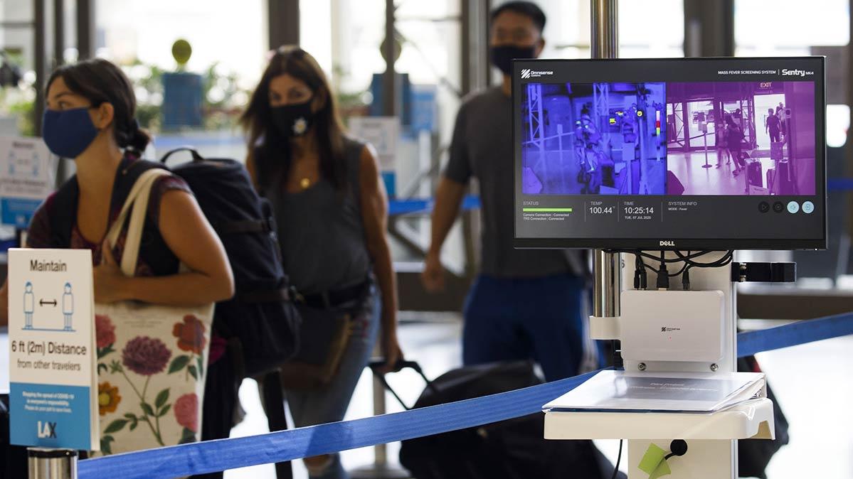 Las cámaras termográficas se utilizan para detectar a los pasajeros en busca de COVID-19 en el Aeropuerto Internacional de Los Ángeles.