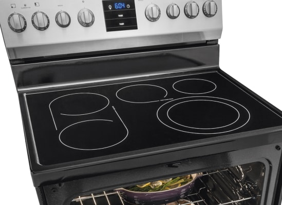 Picture showing an expandable element, a bridge, and an oval burner on a kitchen range.