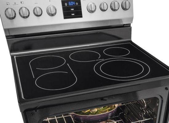Picture showing an expandable element, bridge, and oval burner on a kitchen range.