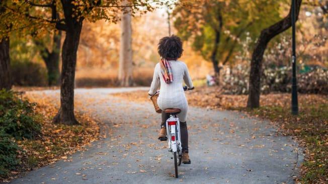 woman bike  no helmet