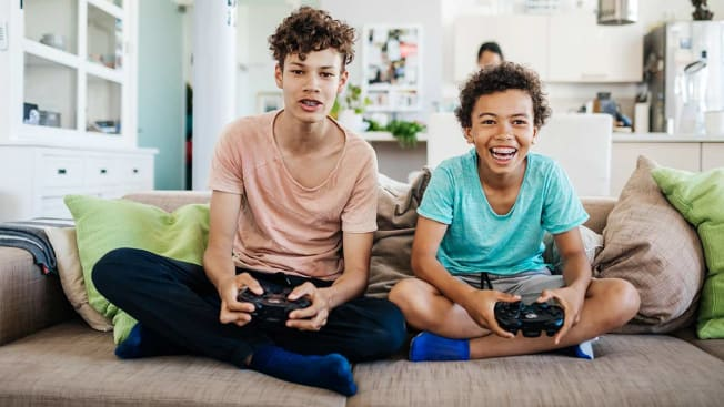 2 kids playing video games