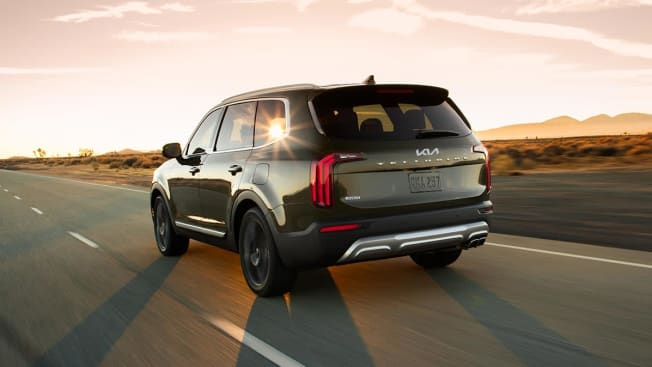 View of the the rear of a Kia Telluride driving