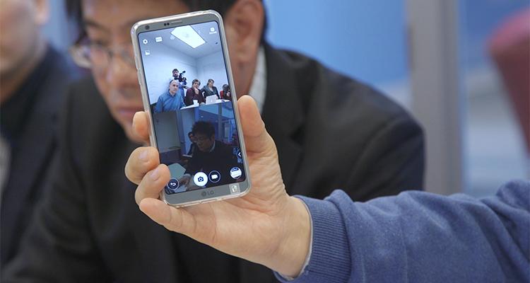 tembakan closeup layar LG G6 smartphone yang menunjukkan tampilan layar terpisah dalam modus kamera