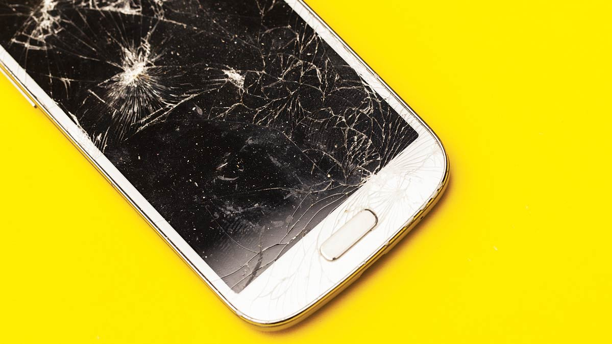 9e9bd337019273 It can happen in an instant. You're walking down the street and decide to  make a call. A passing pedestrian bumps your arm and your smartphone slips  from ...