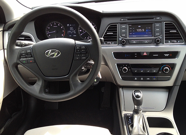 2015 hyundai sonata se first drive review consumer reports - 2015 hyundai sonata interior pictures ...
